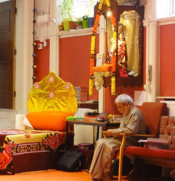 El amable sacerdote del Geeta Bhavan Madir. Leicester. Foto R.Puig