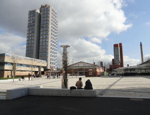 La plaza interior de la Universidad de Leicester. Foto R.Puig