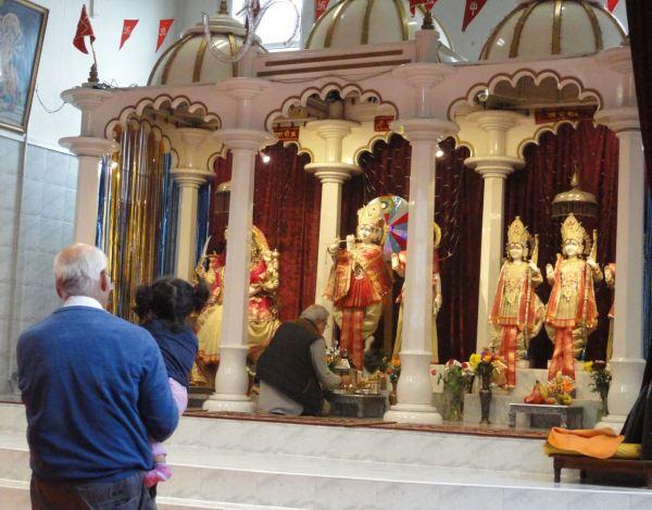 Ritual de purificación ante el altar de Krishna.  Foto R.Puig