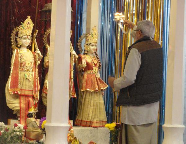 Ritual de purificación ante el altar de Rama. Foto R.Puig
