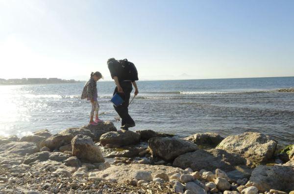 La niña y su papá. Playa de la Almadrava. Foto R.Puig