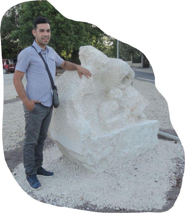 Amedeo Porru con su obra Matermitá. Foto R.Puig