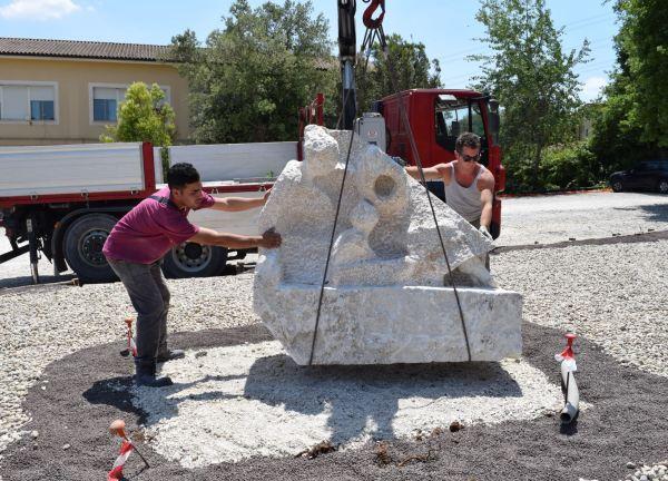 Amedeo Porru y Emilio Santucci instalando la Matermitá del primero. Foto Oriana Impei
