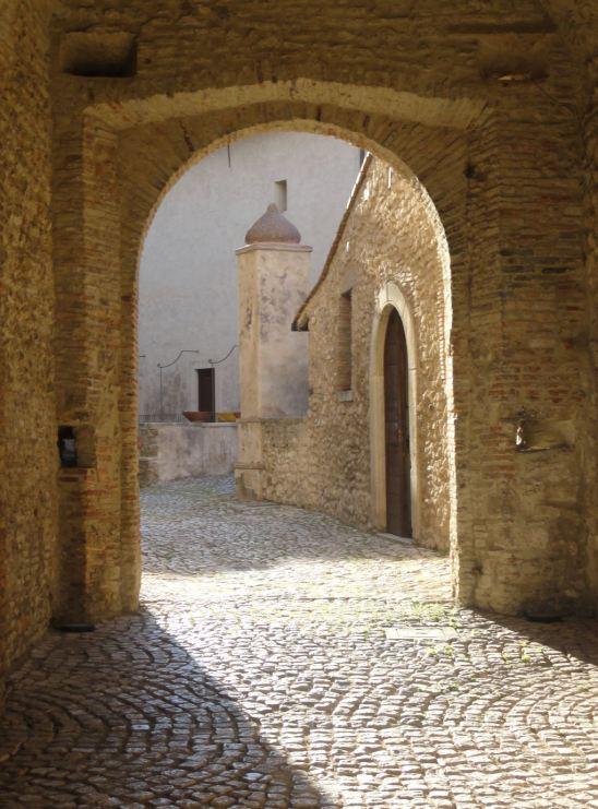 Castello Savelli. Arco de entrada al patio de armas. Foto R.Puig
