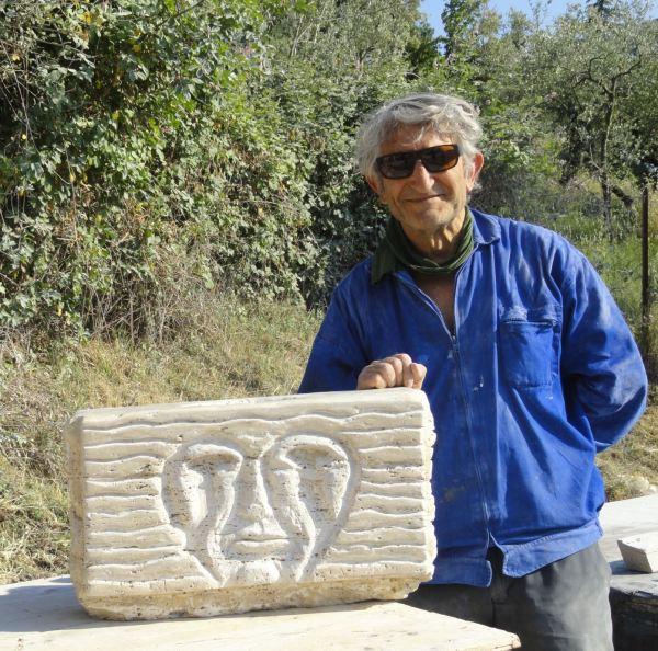 El autor del blog con su escultura Aretusa. Foto Raquel Puerta Varó