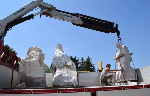 Emilio Santucci preparando las esculturas en su camión llevarlas a sus emplazamientos. Foto Oriana Impei