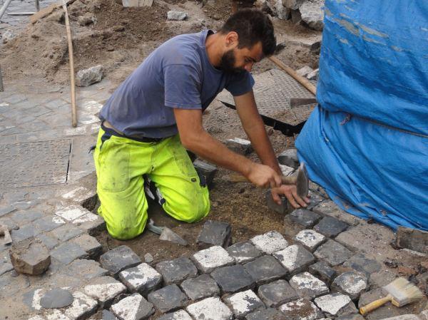 Plantando sanpietrini. Foto R.Puig