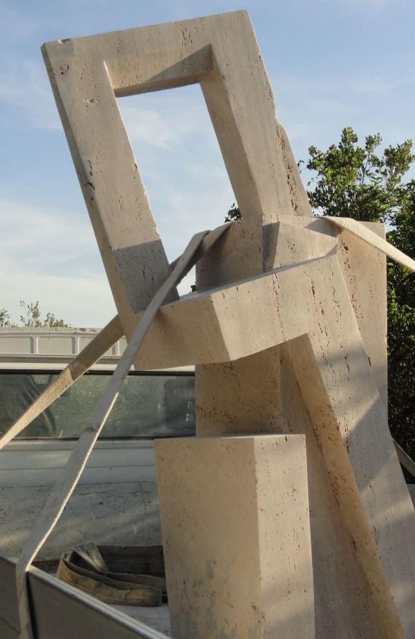"""""""Sinopsis"""" o La ventana del aire de Joan Esquerdo sobre el camión camino de su instalación en lo alto del Castiglione. Foto R.Puig"""