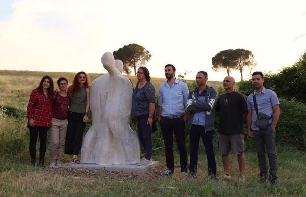 Solmaz Vilkachi con escultores y las profesoras de Italia y España y el Asesor de Cultura.