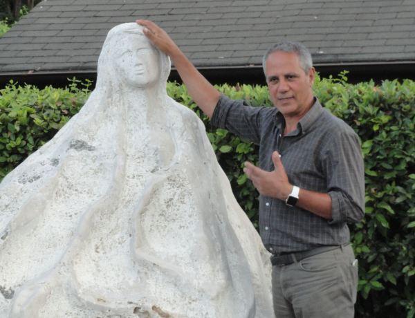 Stefano Pischiutta explica su obra Meditazione liquida. Foto R.Puig