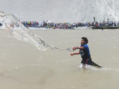 Pesca del camarón a la atarraya en Camaná. Arequipa. Perú.
