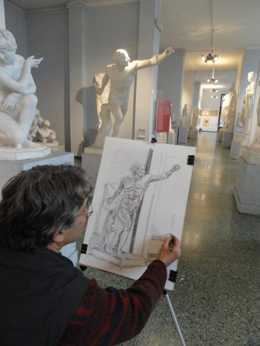 Este bloguero dibujando en la gipsoteca de Roma.