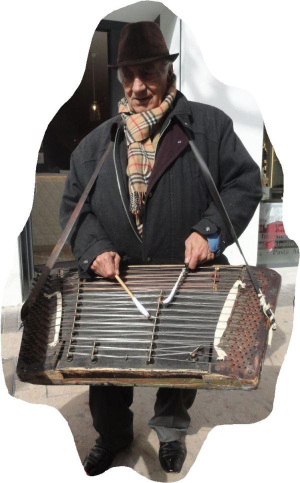El Sr.Marín con su timbal-piano. Foto R,Puig