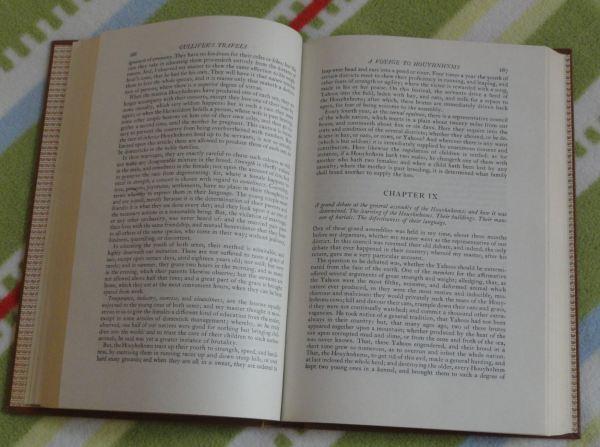 El libro se abre. Foto R. Puig