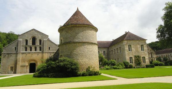 Iglesia abacial, Columbario, Residencia de los abades legados, Enfermería y Forja en Fontenay. Foto R.Puig