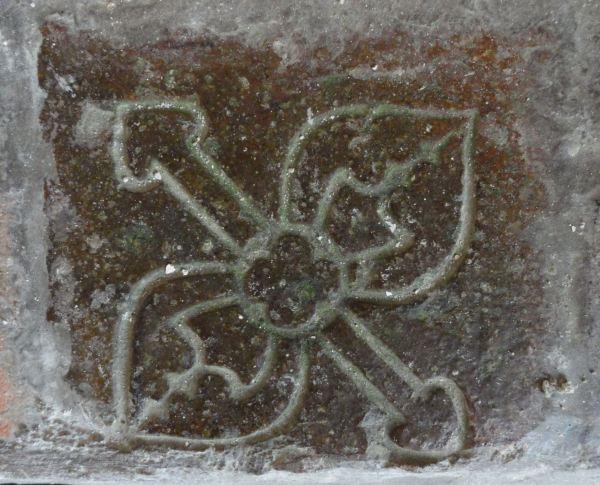 Baldosa de un banco de la Sala Capitular de Fontenay.