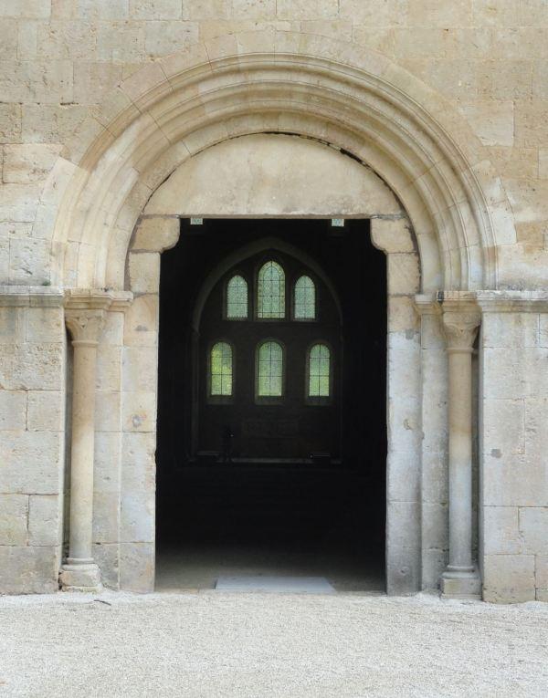 Entrada a la iglesia abacial de Fontenay. Foto R.Puig
