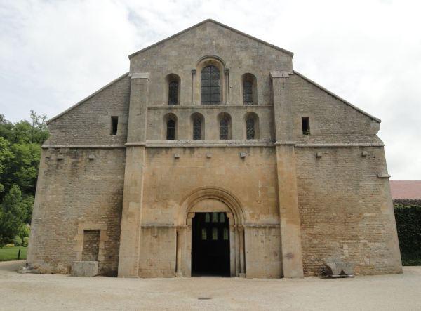 Fachada de la iglesia abacial de Fontenay. Foto R.Puig