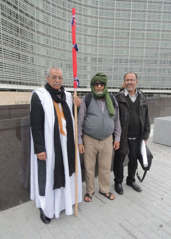 Líderes saharauis hacia la mnaifestación ante el Berlaymont. Foto R.Puig