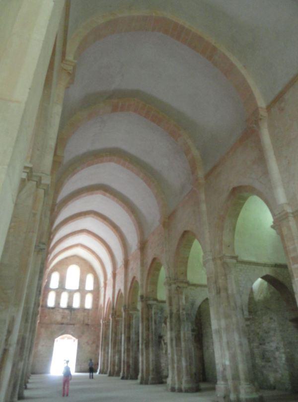Nave central de la iglesia abacial de Fontenay. Foto R.Puig