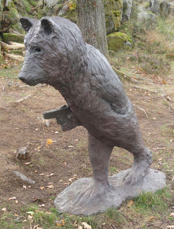El oso pistolero. Bronce. Laura Ford. Pilane 2018. Foto R.Puig