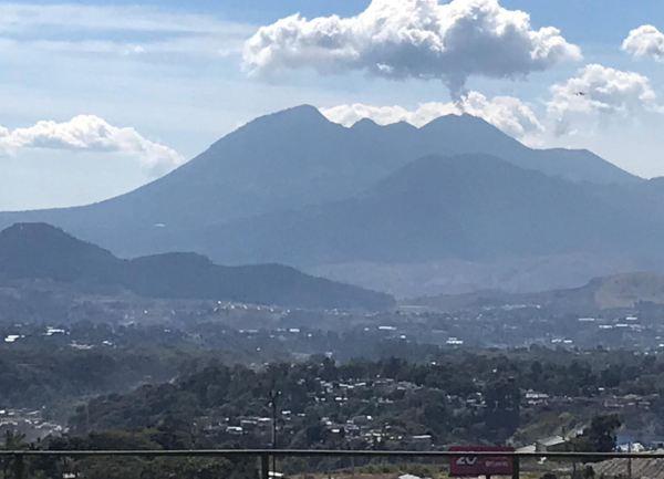 Guatemala. El volcán del fuego aún humea. Foto R.Puig