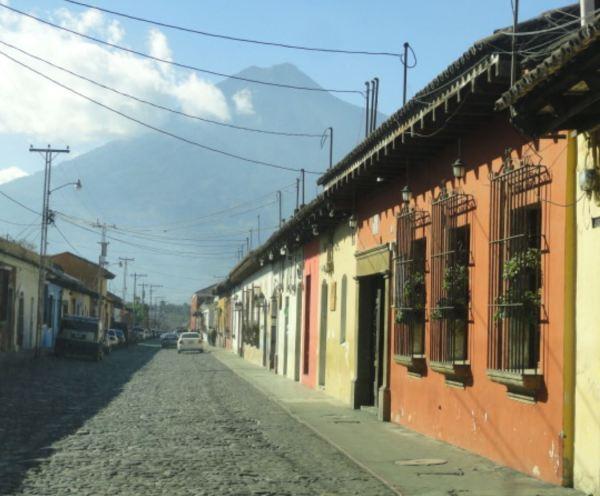 Guatemala. Una calle de La Antigua. Foto R.Puig