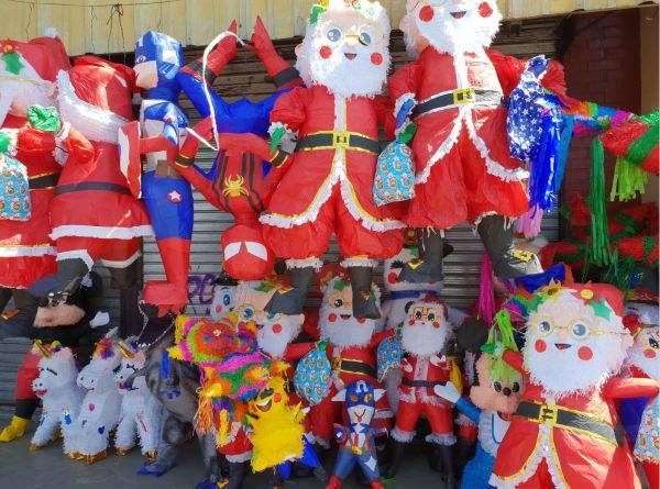 Puesto de piñatas navideñas. Ciudad de Guatemala. Foto R.Puig