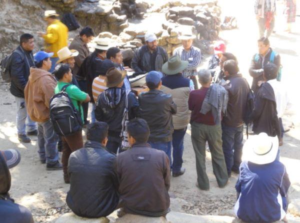 Uno de los grupos de debate en el Consejo de los kaqchikeles en iximche. 22 de diciembre del 2018. Foto R,Puig