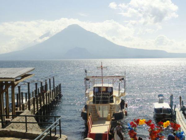 El cerro de Oro (1892 m) y los volcanes Tolimán (3158 m) y Atitlán (3537 m) desde el embarcadero de Panajachel. Foto R.Puig