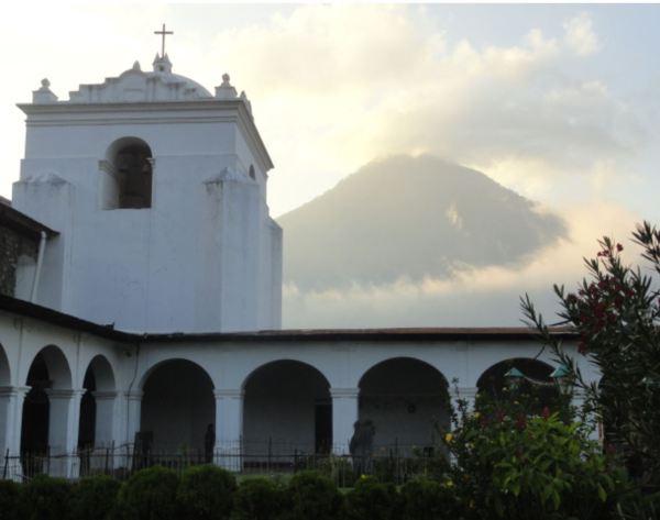 El claustro de Santiago Atitlán y el volcán Tolimán. Foto R.Puig