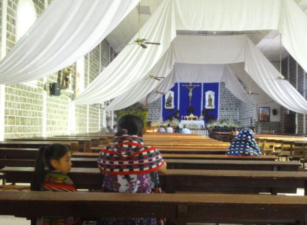 En la iglesia de San Pedro La Laguna.Foto R.Puig