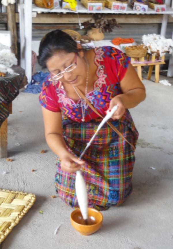 En una cooperativa de tejedoras en San Juan La Laguna. Hilando. Foto R.Puig