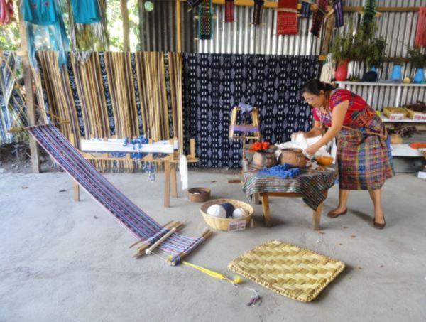 En una cooperativa de tejedoras. San Juan La Laguna. Limpiando el algodón. Foto R.Puig