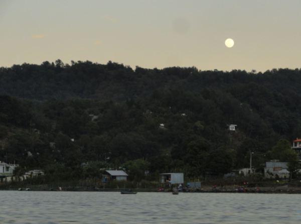 La luna de vuelta a Panajachel desde Santiago Atitlán. 21 de diciembre. Foto R.Puig