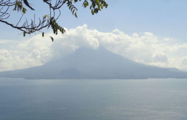Llegando al lago: el Cerro de oro (1892 m) y el volcán Tolimán (3158 m). Foto R.Puig