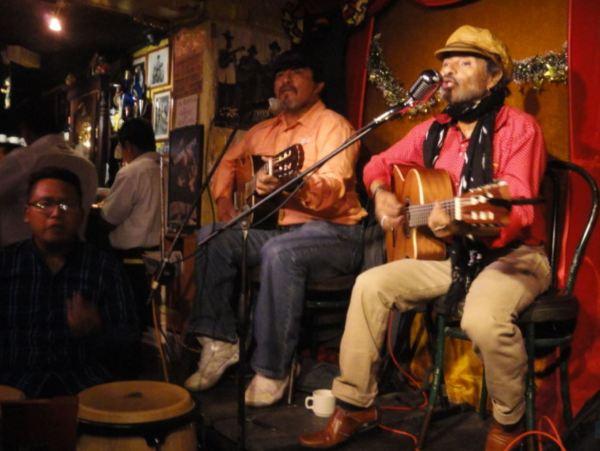 Los bardos del Café Circus de Panajachel. Foto R.Puig
