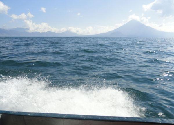 Surcando el lago Atitlán hacia San Juan la Laguna. Foto R. Puig