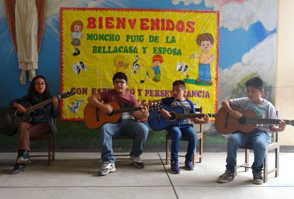 Los artistas de la acogida sorpresa en el colegio. Foto R.Puig