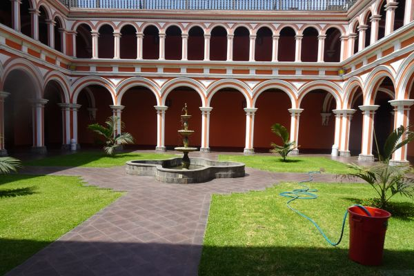 Claustro de la iglesia de San Pedro en Lima. Foto R.Puig