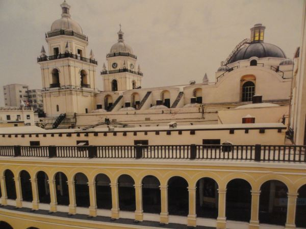 Cubiertas, torres y cúpula de San Pedro de Lima.