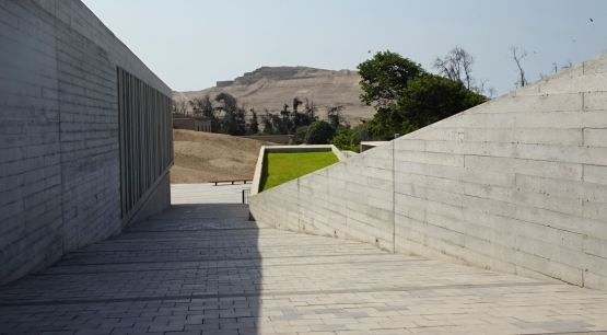 En el museo del sitio de Pachacamac fundado por Jiménez Borja. Al fondo el templo del sol. Foto R.Puig