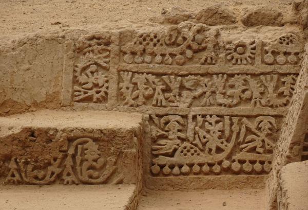 Escena de los navegantes míticos. Huaca Las balsas. Túcume. Foto R.Puig