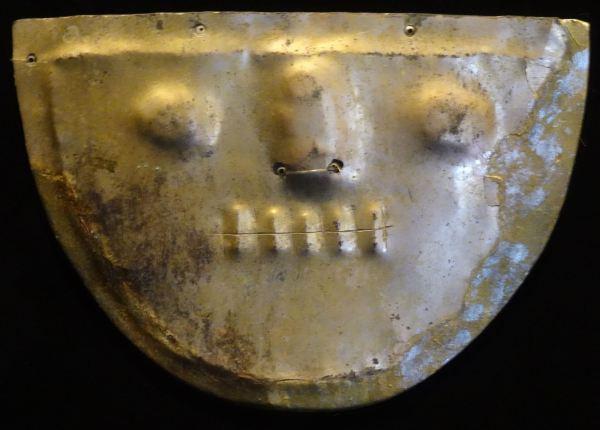Placa emblemática de cobre dorado. Época Formativa (Vicú) 1250 a.C-1 d.C. Museo Larco Herrera.Lima.Foto R.Puig
