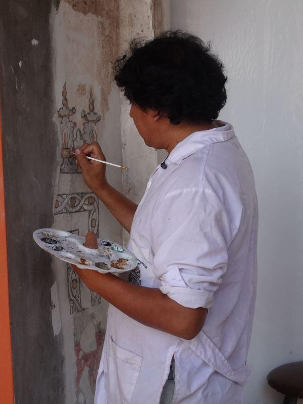 Un restaurador trabajando en el claustro de San Pedro de Lima. Foto R.Puig