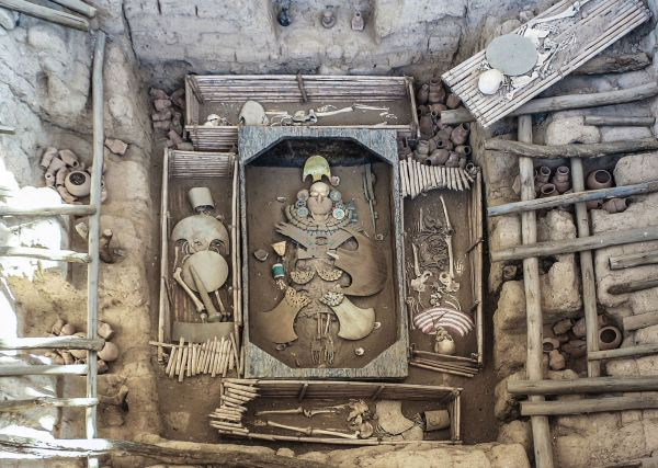 Disposición de la tumba del Señor de Sipán. Foto Bernard Gagnon (sitio web del Museo)