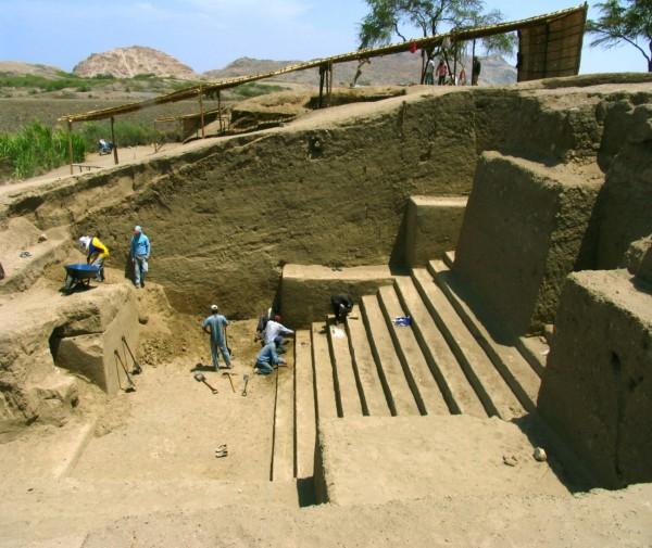 Escalinata dentral de la Huaca Collud. Distrito de Pomalca. Foto Ignacio Alva