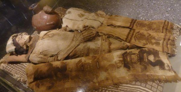 Momia y ajuar funerario del del personaje de Collud. Museo Brüning. Lambayeque. Foto R.Puig