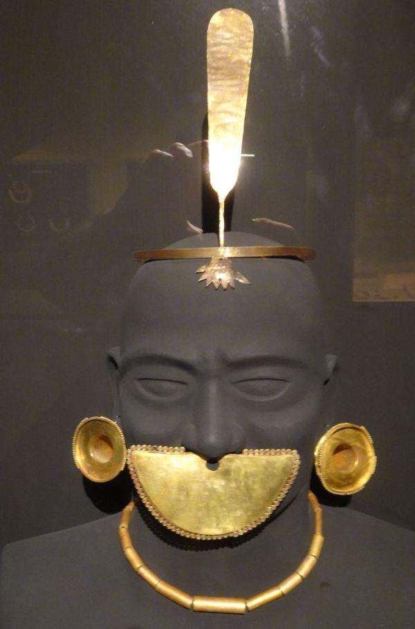Simbolos de autoridad. Cultura Lambayeque. Museo Brüning. Foto R.Puig