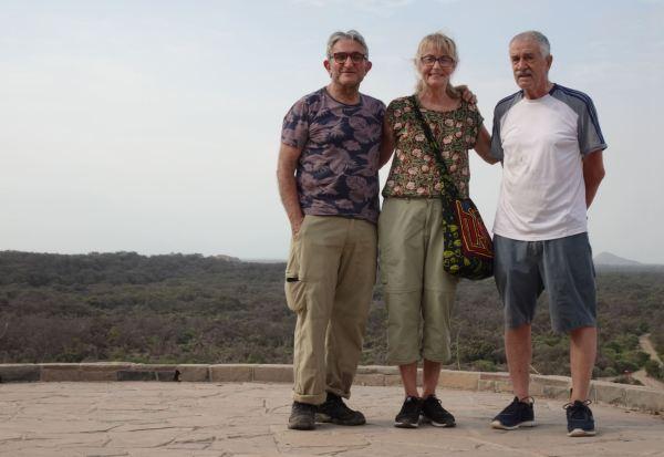 Tres expedicionarios en el Mirador de Las Salinas. Foto R.Puig
